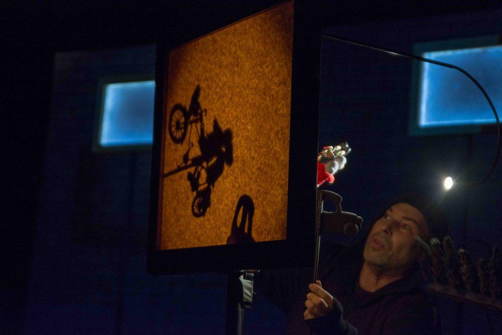 Spectacle de marionnettes sur table nommé Le projet Beckett pour marionnettes et acteur de la compagnie Tenon Mortaise